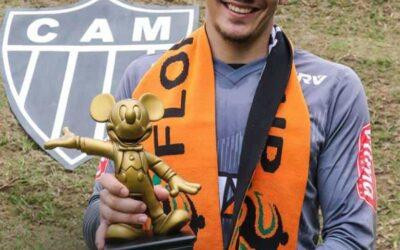Goleiro Uilson recebe prêmio de melhor jogador da Florida Cup