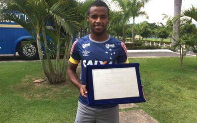 Élber recebe placa por completar 100 jogos pelo Cruzeiro