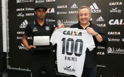 Bruno Alves recebe placa pelos 100 jogos no Figueirense