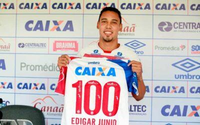 Edigar Junio recebe camisa comemorativa antes de completar 100 jogos em passagem pelo Bahia