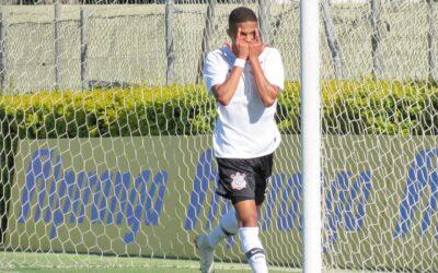 """Camisa 10 do Sub-20 do Corinthians, Vitinho quase jogou no Manchester City e convive com a expectativa da torcida: """"Estou mais pronto agora"""""""