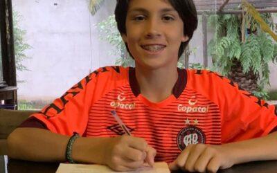 Meia-atacante Rayan, de 14 anos, assina contrato de formação com o Athletico-PR