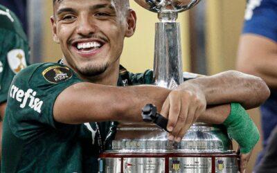 Aos 20 anos e na primeira temporada como profissional, Gabriel Menino conquista Libertadores e adiciona mais um título para a galeria