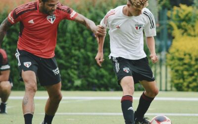 Meio-campistas Enzo e Maik, de apenas 16 anos, participam de treino do elenco profissional do São Paulo