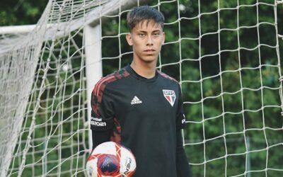 Goleiro Leandro, de apenas 16 anos, treina com o elenco profissional do São Paulo
