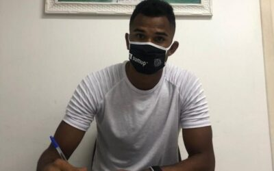 Zagueiro Derick renova contrato com o Santos