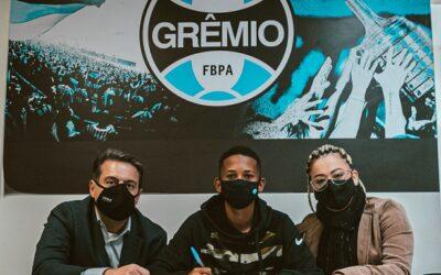 Meia-atacante Henry Douglas, de 16 anos, assina o seu primeiro contrato profissional com o Grêmio Foot-Ball Porto Alegrense.